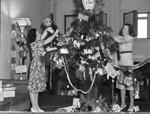 2uw-radio-station-vintage-christmas-tree-decorating-500x381